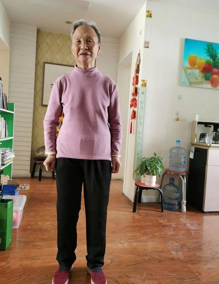 李元兰:老娘穿上新裤子,腿好直哦,来,走两步试试