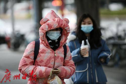 各区寒冷橙色预警信号生效,市应急管理局提醒市民防低温