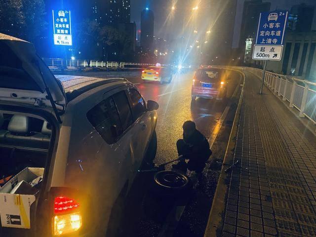 气温骤降后,车辆救援需求急剧增加。胡涂举车提醒重庆车主注意防寒