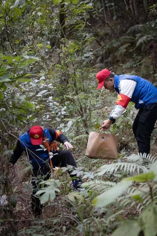 """""""红棉退伍军人""""志愿服务队在广州市最高点进行文明行为爬山提倡"""