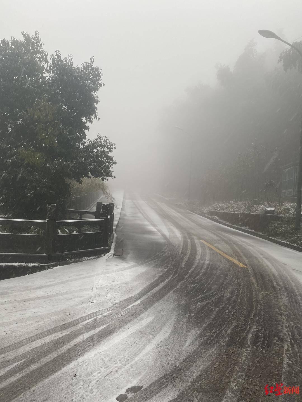 受冰雪天气影响,四川蜀南竹海禁止所有游客车辆驶入