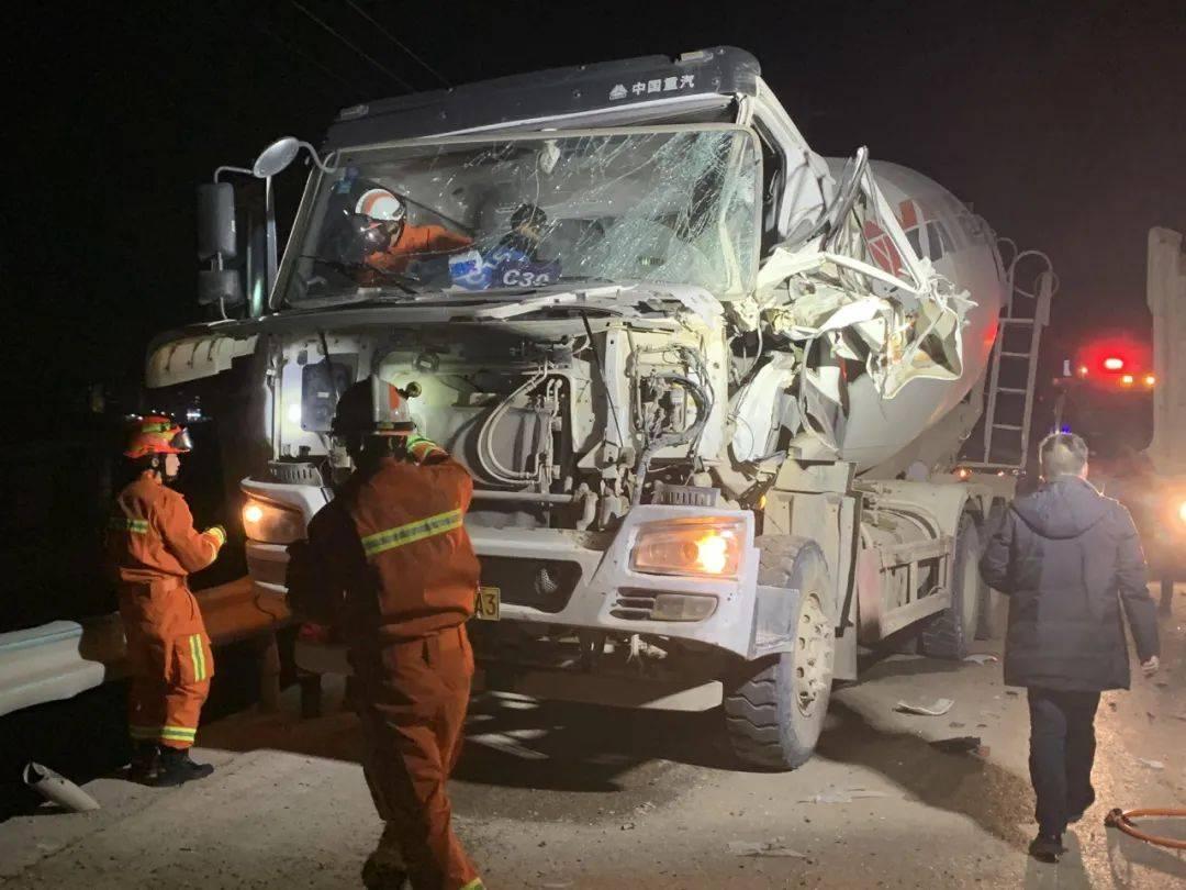 大货车与水泥罐车相撞,罐车车头盖被掀开,驾
