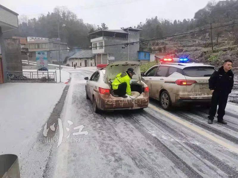 紧急救援!古蔺冰雪路上,警车护着一辆120艰难行进