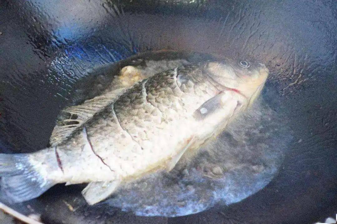 煎蛋、煎鱼或煎豆腐,直接用油煎就错了!多做1步,不粘锅也不破皮