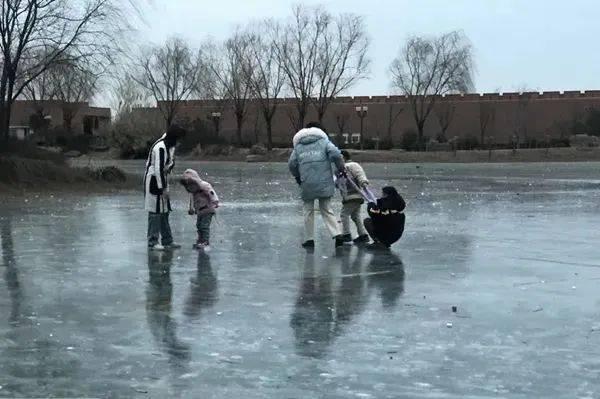危险!河南一些成年人竟带孩子到河湖冰面上玩耍!