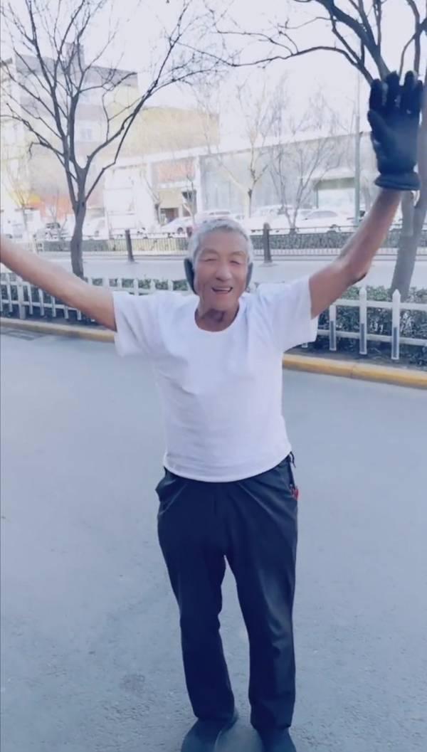 """77岁大爷""""硬核过冬""""方式走红:白背心黑单裤,已经坚持十多年"""