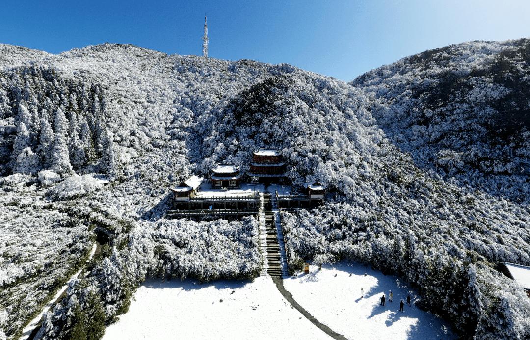雪后初霁 蓝天白雪映金山
