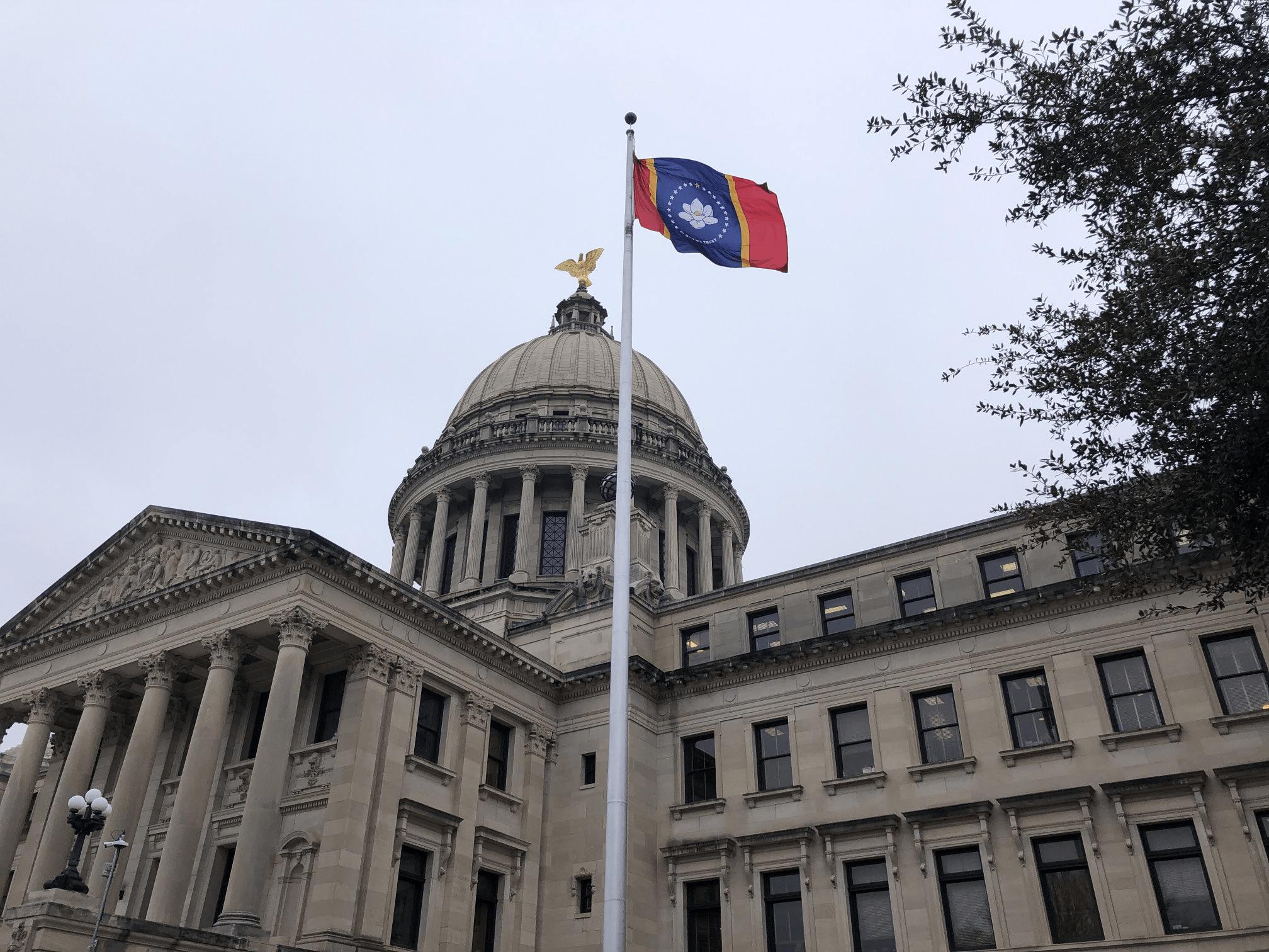 美国密西西比州升起新州旗:红、黄、蓝、白,还有一朵木兰花