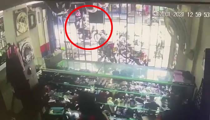 澳大利亚2名匪徒为勒索一家店面街头丢下手雷弹14人负伤