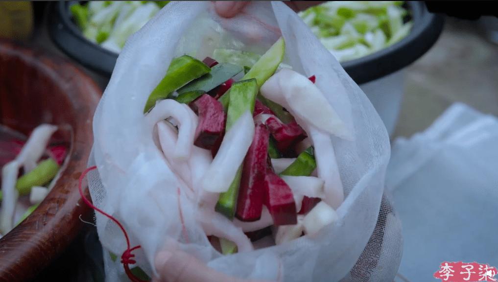 李子柒做泡菜被韩国人举报,网友怒了:又来抢中国文化了!