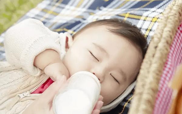 宝宝能吃饭了,就不打算喝奶粉了?看看这个再说