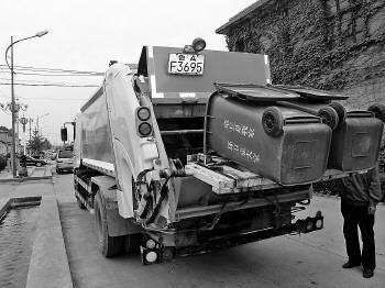 比亚迪电动垃圾车也太厉害了吧,配自动机械臂,用一年能省11万
