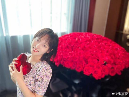 张嘉倪获老公送巨型花束:我是你爱里的永久居民