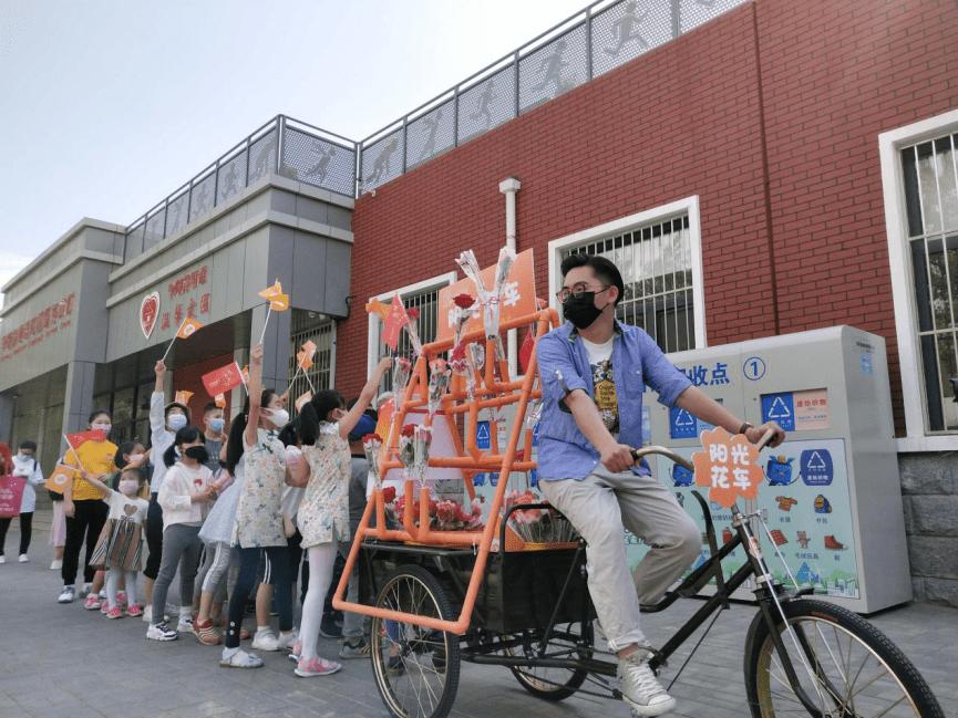 """二里庄社区""""阳光花车""""表白垃圾分类志愿者,社区巡游绘出最美表白地图"""