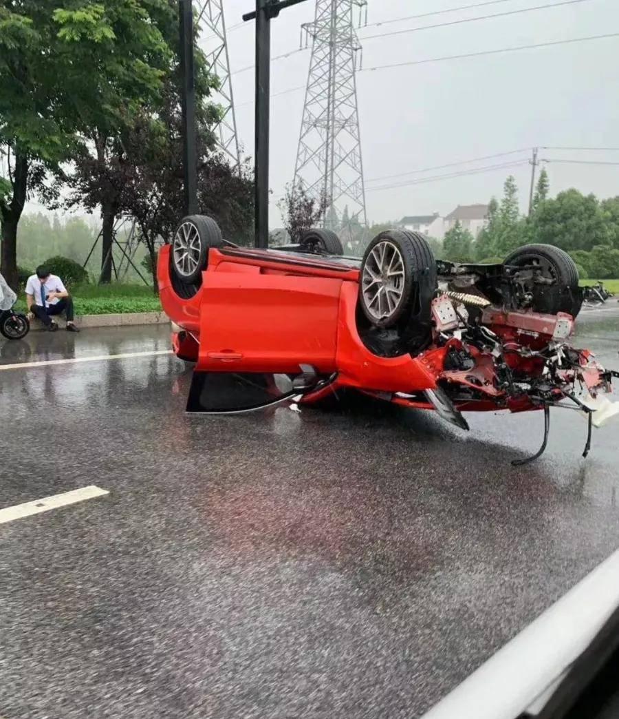 试驾事故?领克03车头严重损毁发动机被撞掉