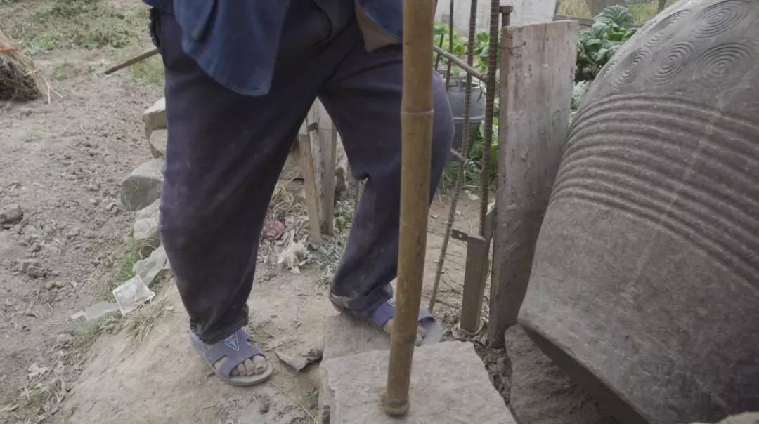 大山里老人的「跪」与「站」丨精准扶贫