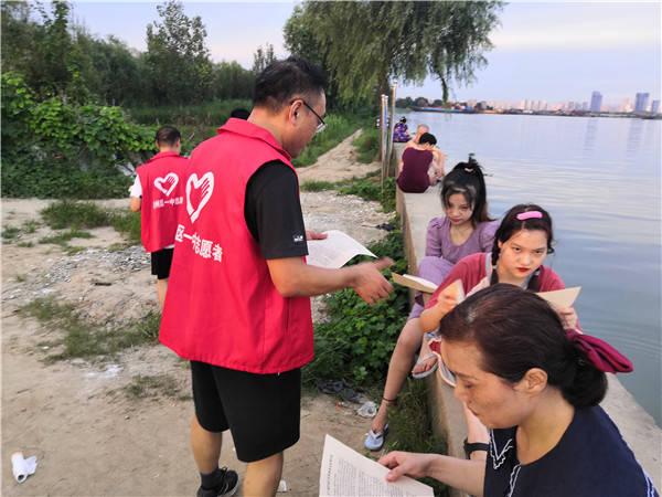 襄州区一中:党旗飘扬在河岸上 防溺水、禁捕宣传两不误