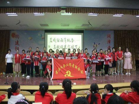 莒县义工联在城阳二中开展庆祝教师节感恩活动