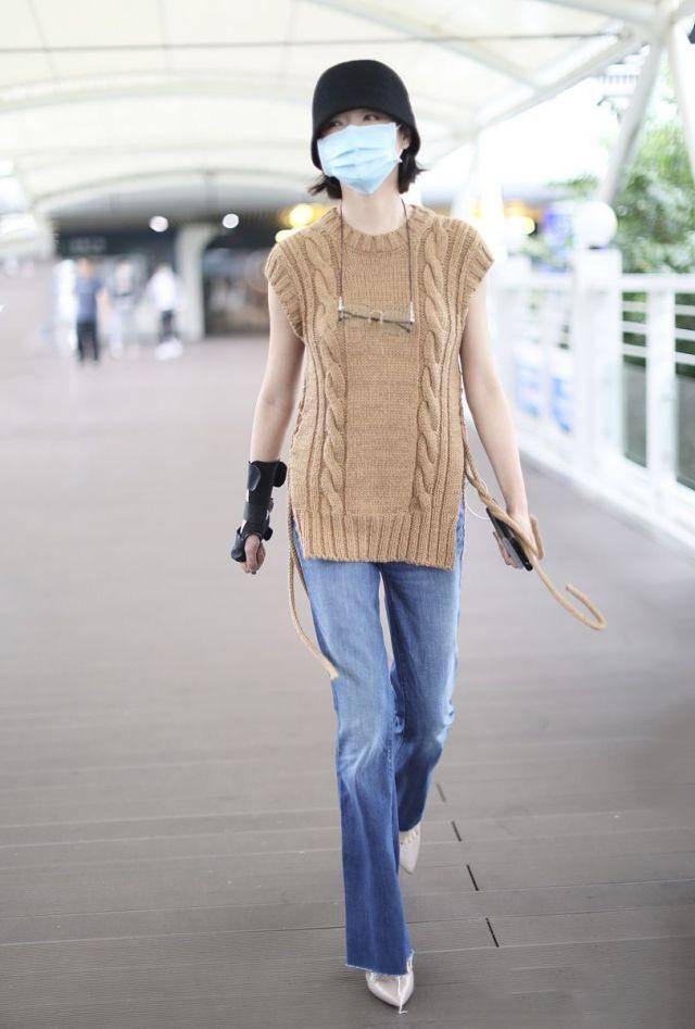 """万茜穿衣不走寻常路 针织马甲配""""奶奶镜"""" 复古造型真慈祥"""