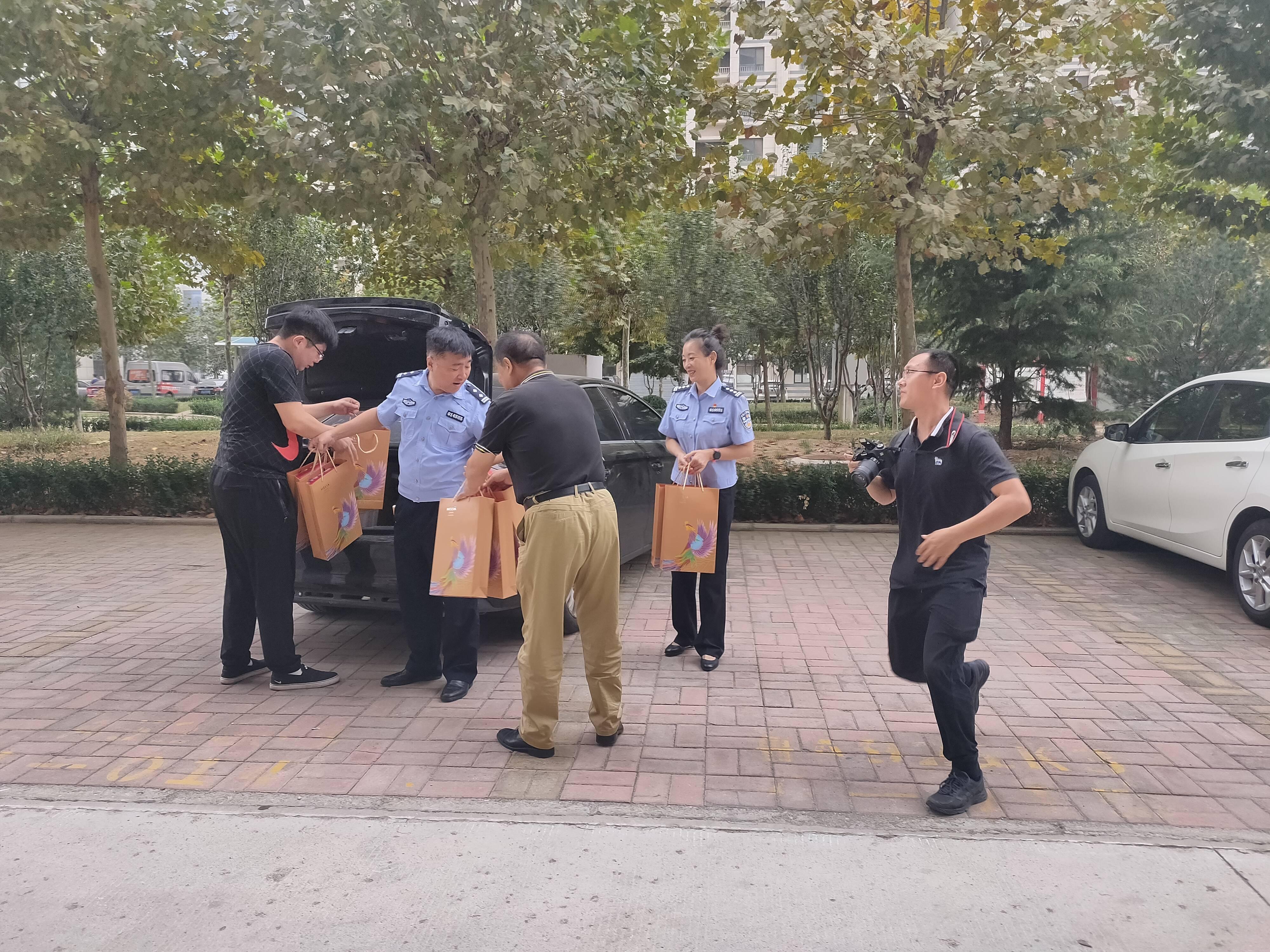 国庆中秋双节临  警民一家暖亲人