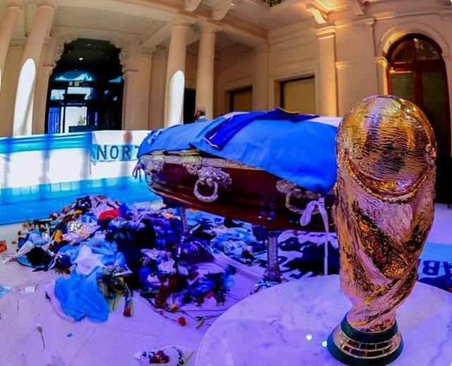 马拉多纳已被下葬!球迷跪地送行!布宜诺斯艾利斯成哭泣之城