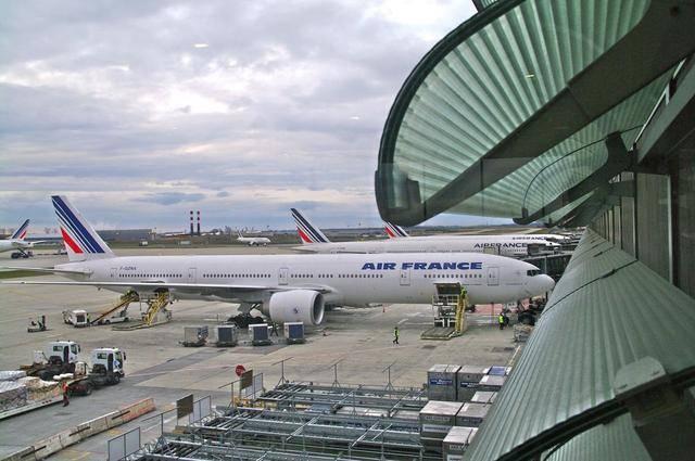 坐飞机提前多久到机场(提前一小时到机场来得及吗)