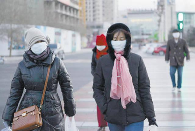 """气温的骤降还是让百姓们措手不及,不少人也纷纷感叹:""""这真的是暖冬吗?""""插图"""