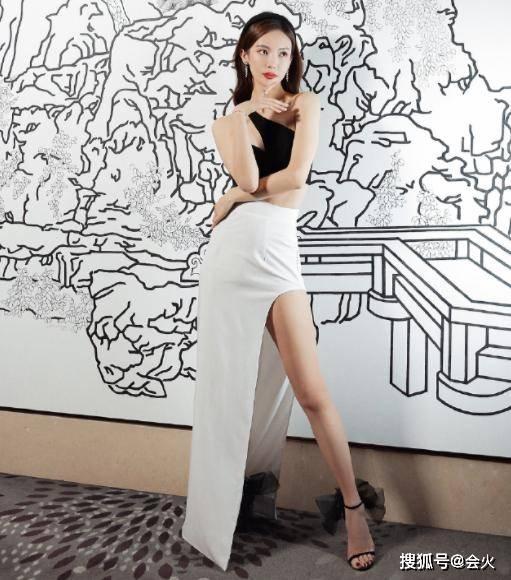 31岁金晨穿开衩裙露优越长腿,上身却只裹了一块布,大秀性感身材