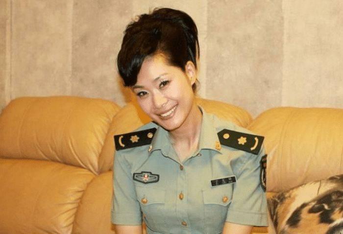 曾是中国最美女歌手,34岁离婚享正师级待遇,最终为爱嫁给丑男