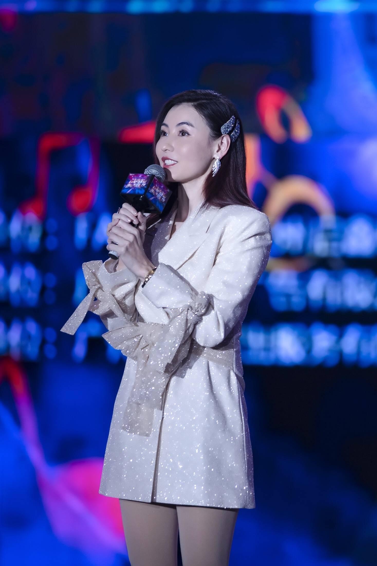 原创             亮片裙让娜扎热巴惊艳众人,秦岚优雅大气,李沁更是少女感十足了