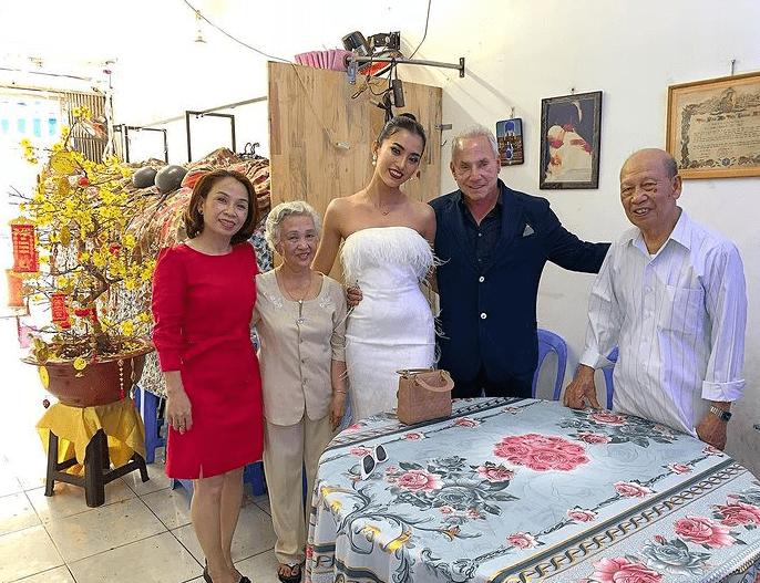 原创             越南选美小姐出镜受访,穿白西装变女强人,嫁大46岁富豪还爱炫富