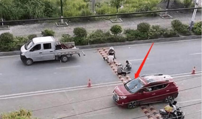 """贵州""""双胞胎""""减速带,老司机看了流泪,路人都想把它拆散"""