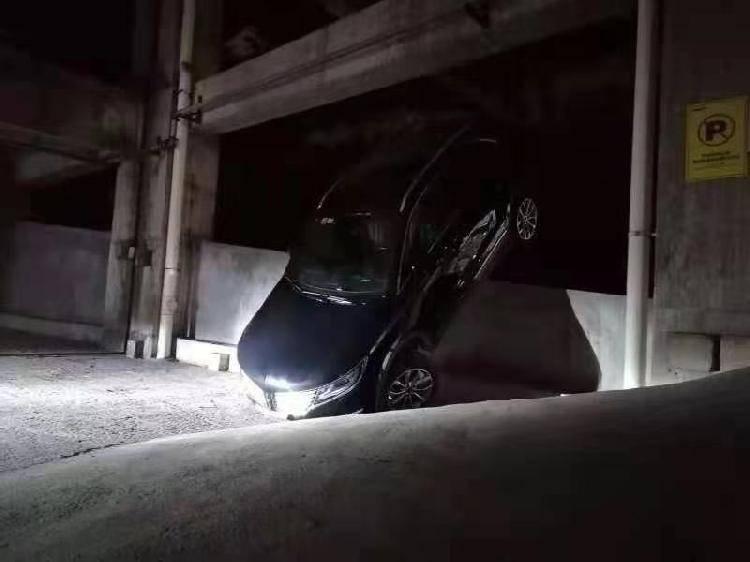 这姿势尴尬了!夜里,越野车冲下堡坎骑上厂房