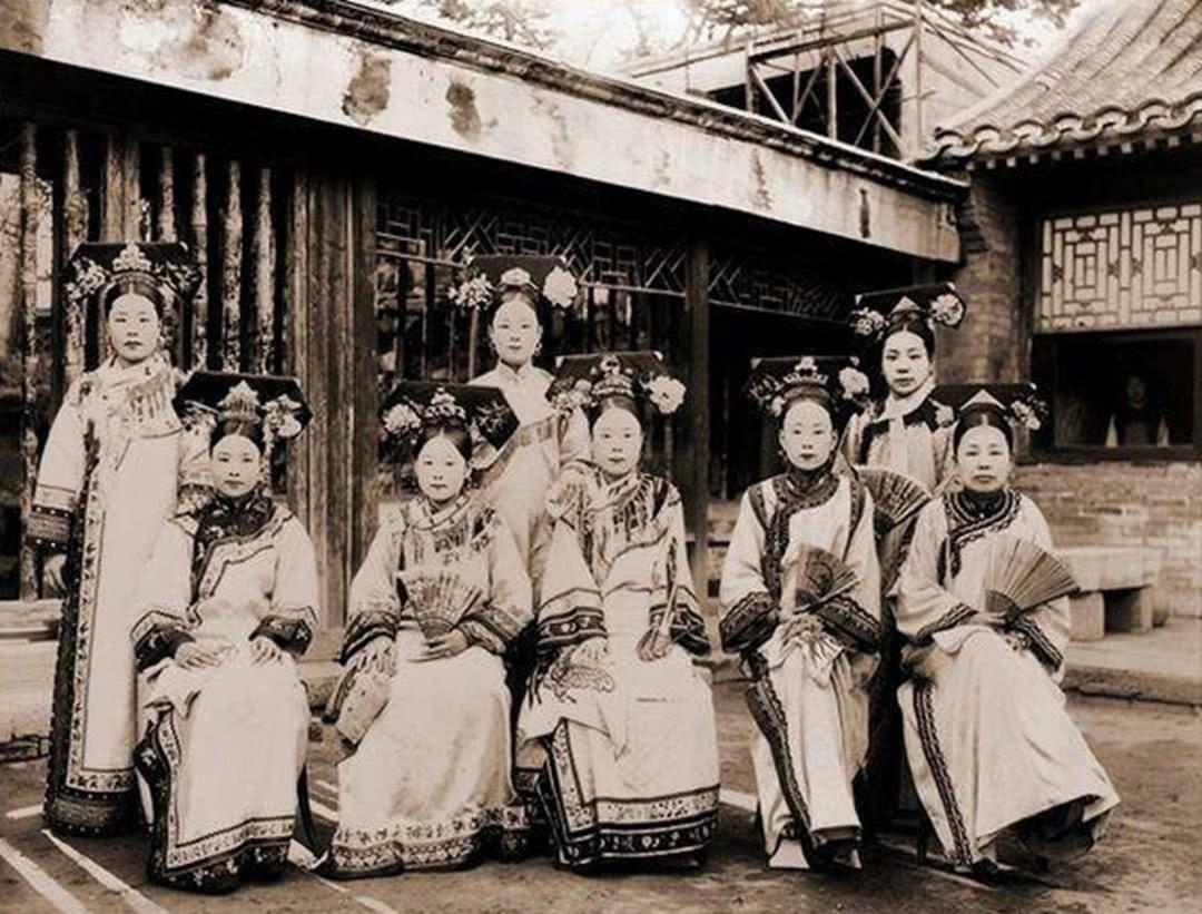 清朝灭亡后,阿哥格格们都去哪儿了?这些大明星原来是皇室的后代