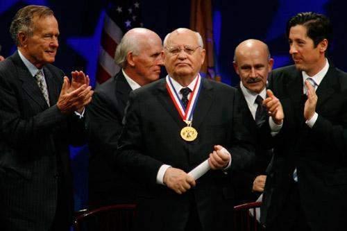 解读老照片:苏联解体后17年,戈尔巴乔夫与老布什为何再会面
