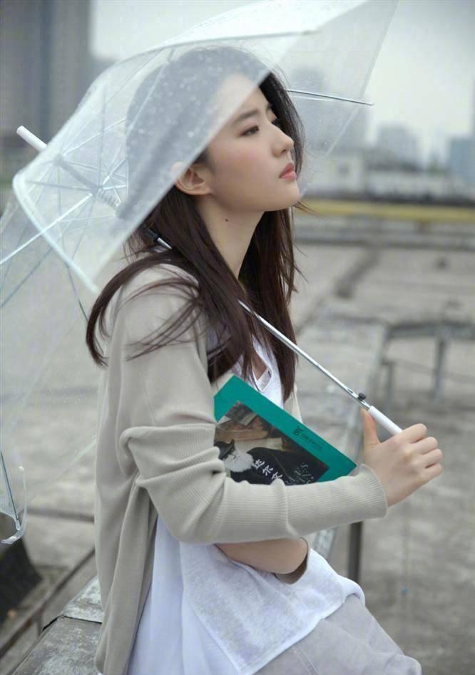 """原创             不愧是""""神仙姐姐"""",刘亦菲清新写真太美,充满了时髦和复古气息"""
