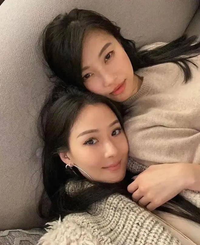 42岁台湾第一名媛,和女儿同框不似母女似姐妹,和50岁老公同框却似父女