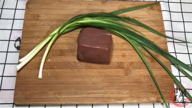 炒猪血不要直接下锅,大厨:多做1步,猪血嫩滑不易散,还没腥味