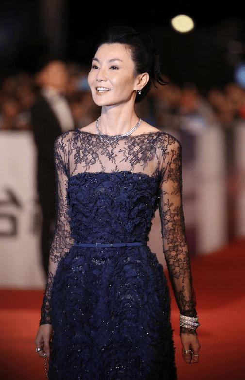 张曼玉越老越美!穿藏蓝色提花裙精致又高贵,骨感身材太高级