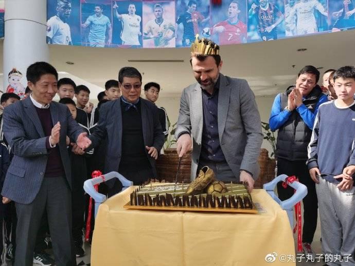 上港主帅莱科赴崇明岛拜访徐根宝 获赠特制生日蛋糕(图)_上海