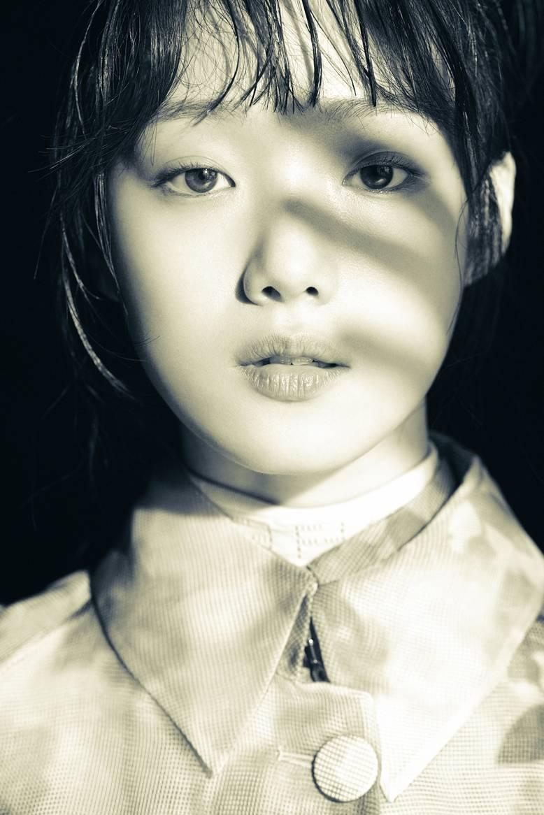 李成景的最新时尚画报是开放的,充满东方情调,展示其他魅力