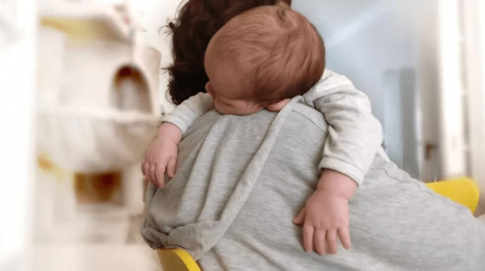 宝宝出现4个动作,说明已经很困了,可惜大多数妈妈捕捉不到!