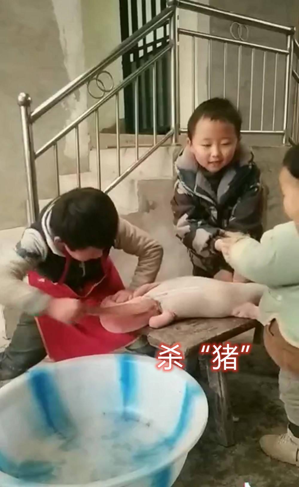"""四萌娃模仿""""杀年猪""""惟妙惟肖 演戏演全套 手法娴熟演技精湛-家庭网"""