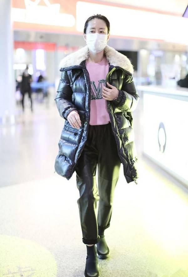 刘敏涛也太会穿了吧!羽绒服搭配粉色毛衣 温度风度一把抓 爸爸 第4张