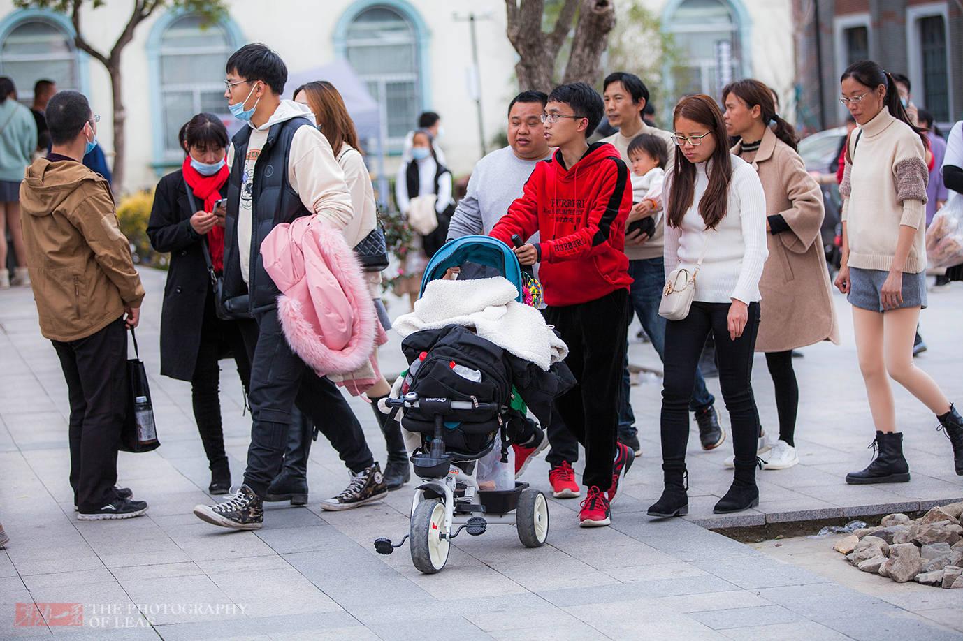 原创             春节浙江太热了,游客穿着背心逛景区,棒冰冷饮被抢购一空