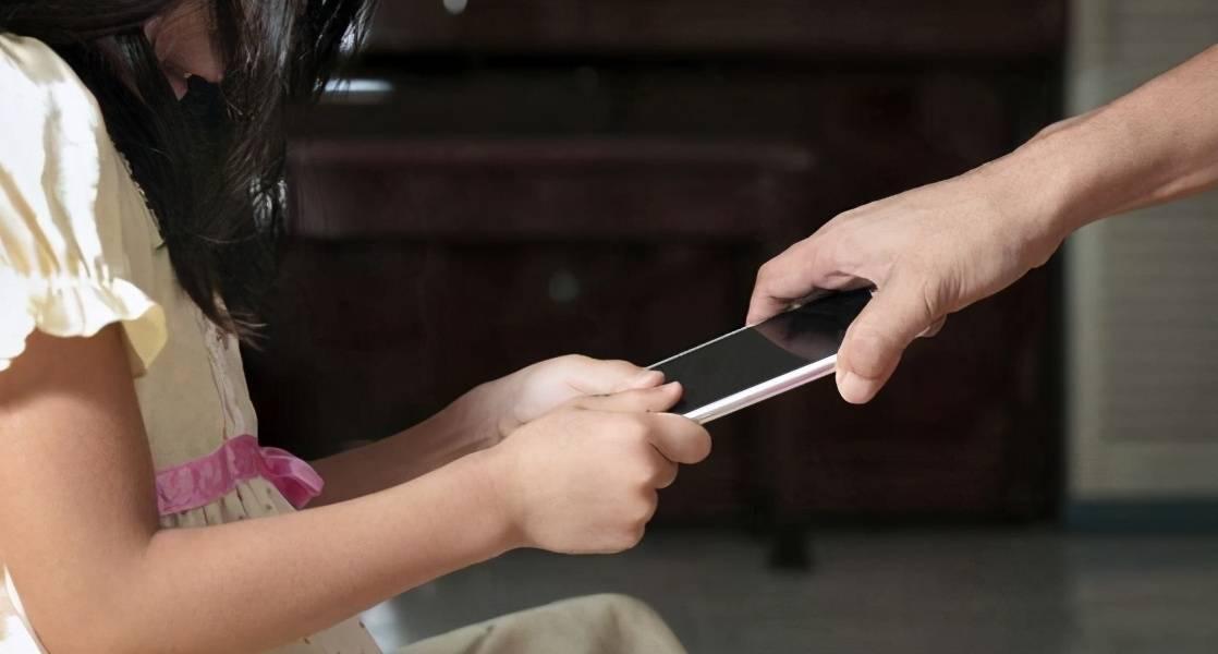 清华教授:摧毁孩子的不是手机,而是父母挂在嘴边的这3个字