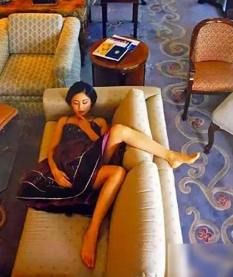 20多年前陈红在陈凯歌家拍照,她躺在沙发上的样子,堪称人间尤物