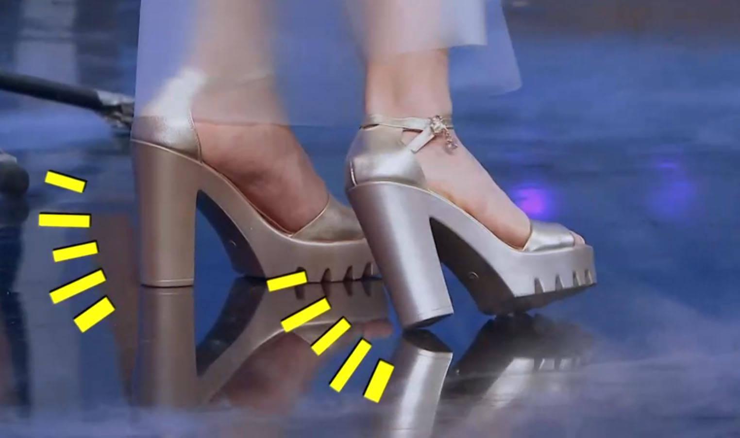 偷偷闻英语老师的高跟鞋 体育课偷闻女生鞋子