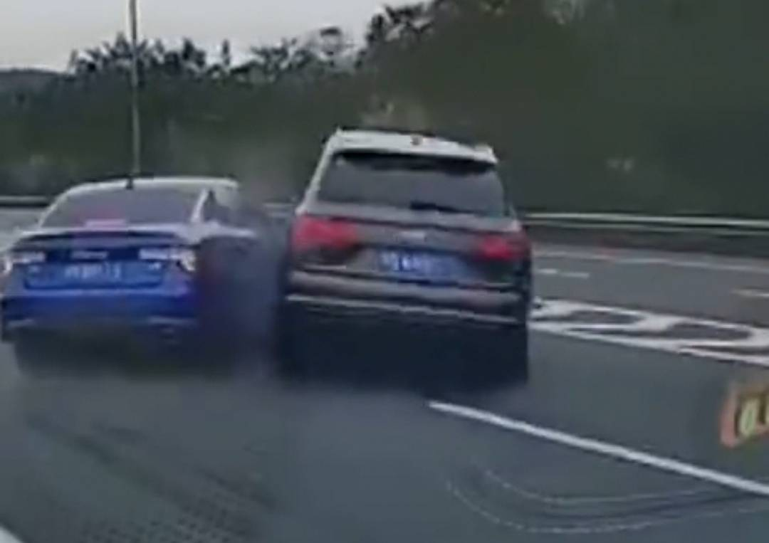 领克错过高速出口,3秒连跨4条车道撞上无辜奥迪Q7,Q7险些翻车