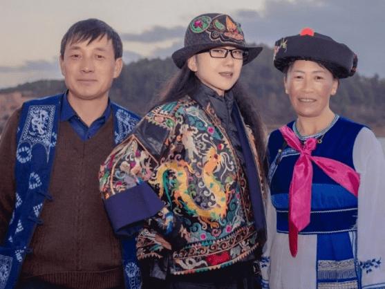 原创             杨丽萍给弟子蹲地录视频,穿单薄绿裙不怕冷,老了还很优雅!